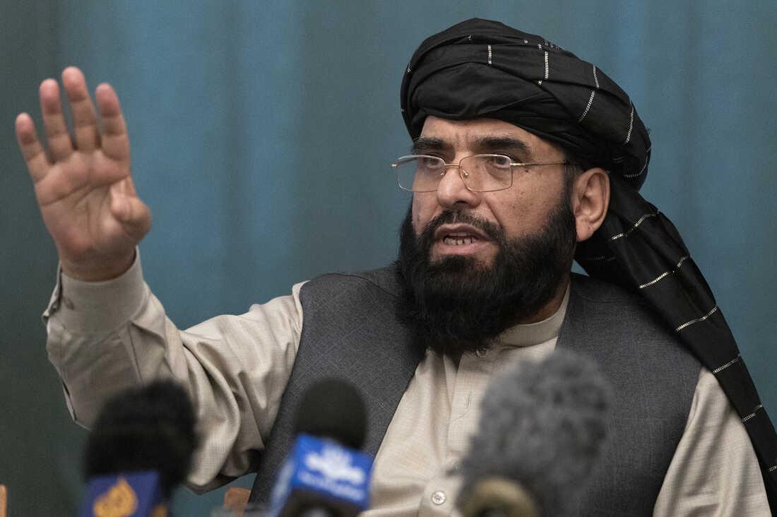 Suhail Shaheen, porte-parole des talibans afghans, s'exprime lors d'une conférence de presse à Moscou en mars 2021. Alexander Zemlianichenko/AP