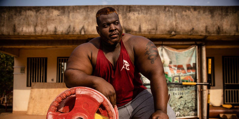 Le Burkinabè Iron Biby, nouveau champion du monde en recordman du monde de soulever de bûches avec 229kg,