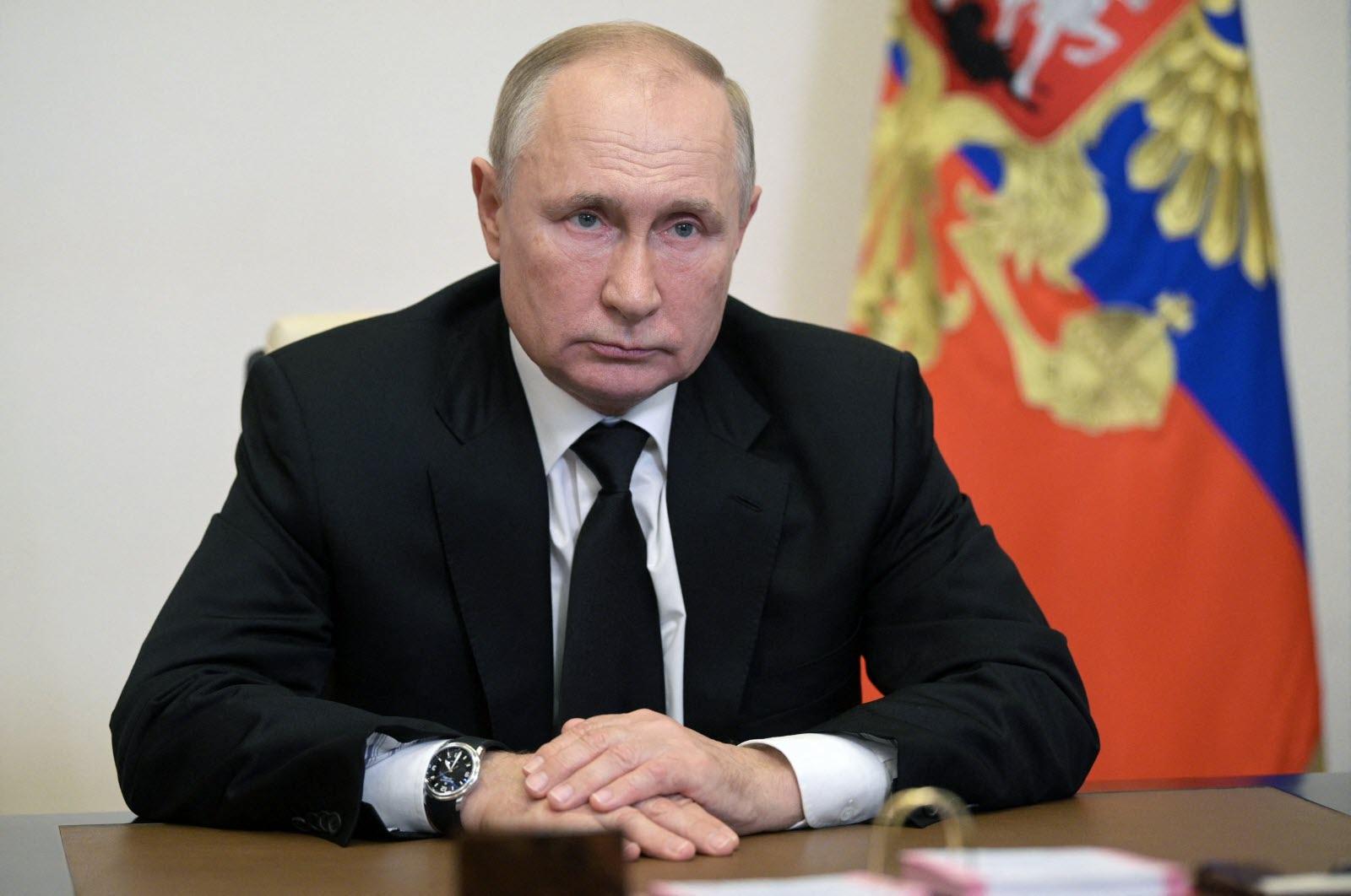 Vladimir Vladimirovitch Poutine, Officier du KGB, homme d'État russe. Président de la fédération de Russie (par intérim de 1999 à 2000, et de plein exercice de 2000 à 2008 et depuis 2012).
