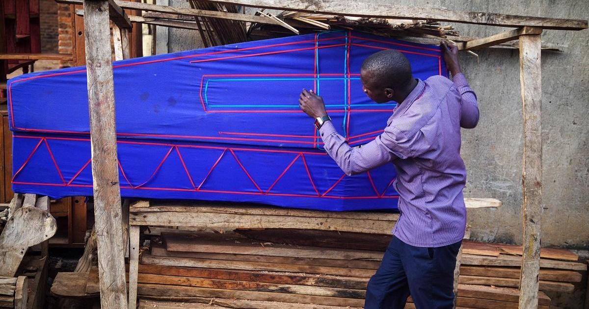 Livingstone Musaala, enseignant ougandais, devenu fabricant de cercueils